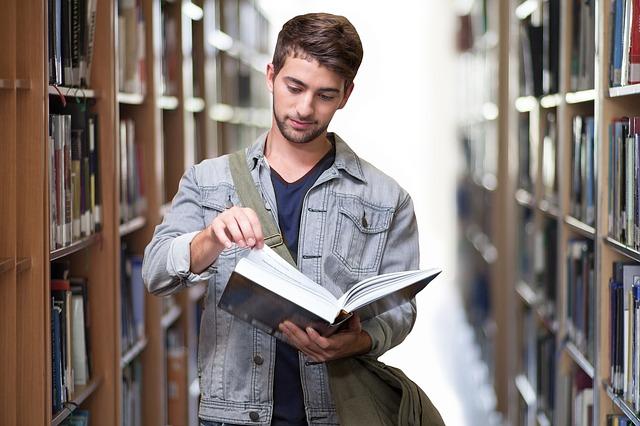 student v knihovně