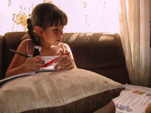 dívka při učení