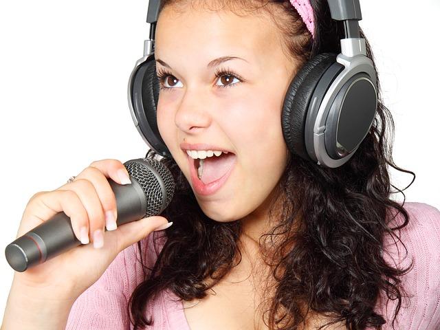 dívka se sluchátky a mikrofonem