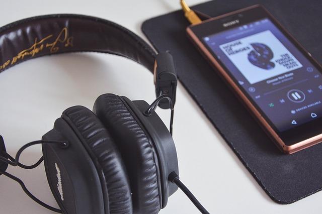 sluchátka a chytrý telefon