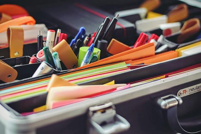 kufr s kancelářskými potřebami