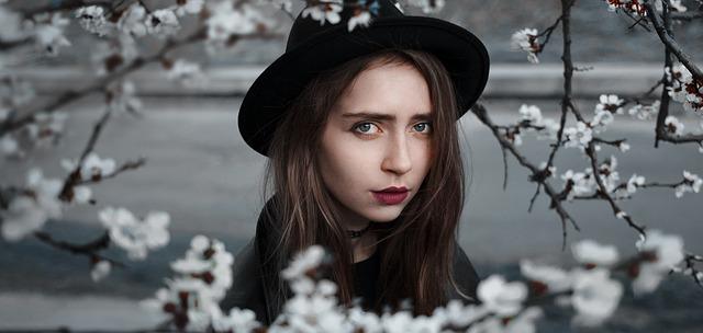 dívka v černém klobouku