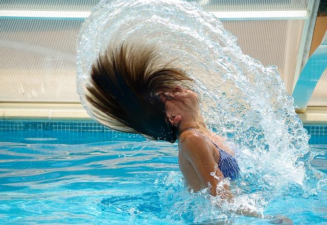dívka v bazeně