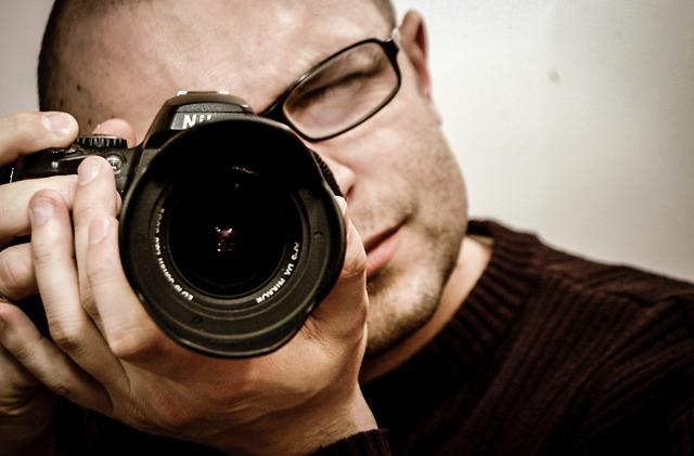muž s fotoaparátem