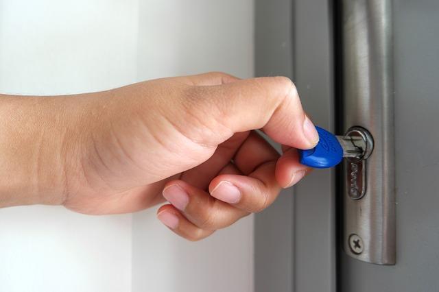 klíč ve dveříh