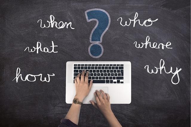 """Osoba ťukajúca do klávesnice, okolo ktorej sú nápisy ako """"prečo, kde ako"""", atď..jpg"""