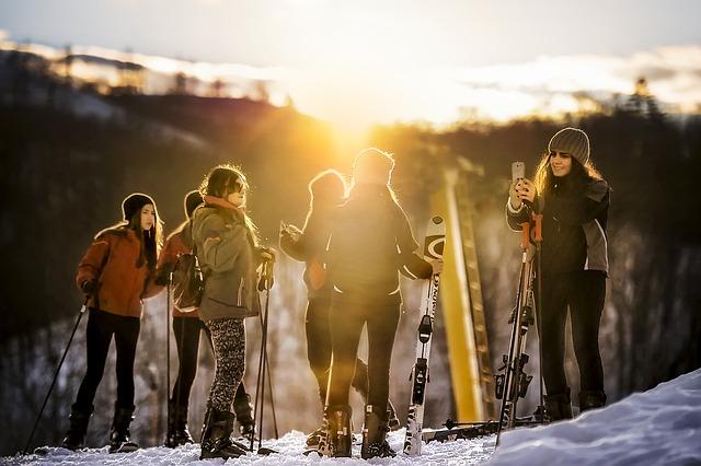 skupinka lyžařů